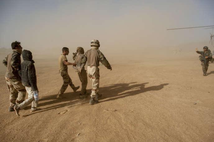 Des combattants djihadistes faits prisonniers par l'armée française, dans la vallée d'Amettetaï, au nord du Mali, le 5 mars.