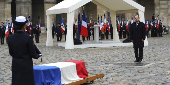 François Hollande a rendu hommage à Stéphane Hessel, jeudi 7 mars, dans la cour d'honneur des Invalides.