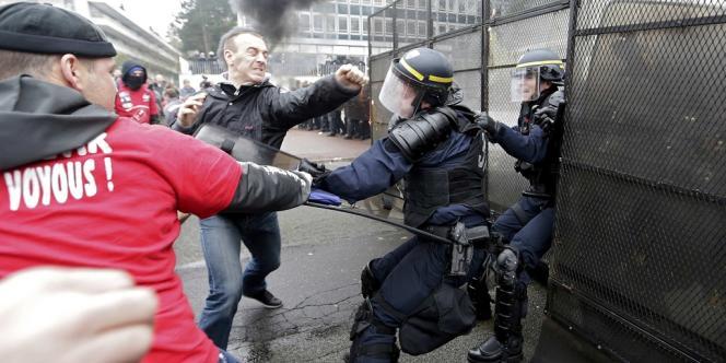 Heurts entre manifestants et CRS à Rueil-Malmaison, devant le siège de Goodyear, le 7 mars.