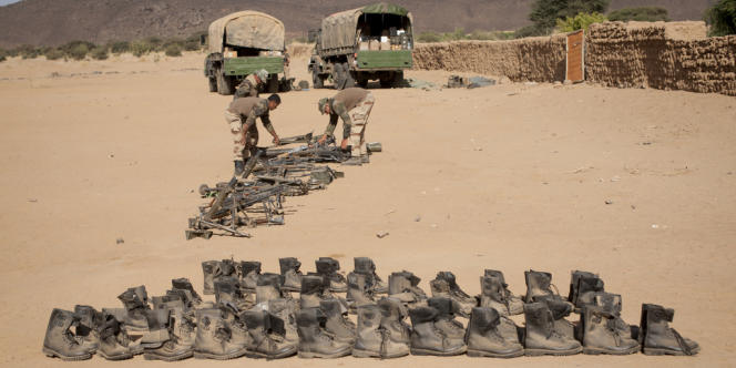 Des rangers et des armes trouvées dans les cachettes des djihadistes.