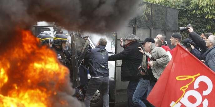 Face-à-face tendu entre les salariés de Goodyear venus manifester devant le siège de l'entreprise à Rueil-Malmaison et les forces de l'ordre.