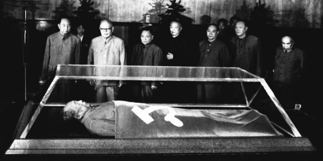 Comme celle de Mao Tse-toung (ici en septembre 1977), la dépouille d'Hugo Chavez pourrait être exposée dans un cercueil en verre.