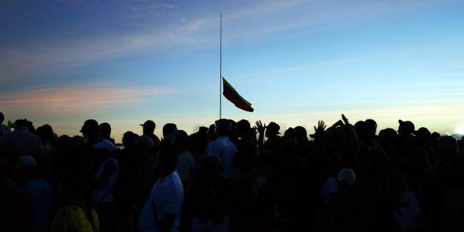 Des centaines de milliers de Vénézuéliens font la queue depuis mardi pour rendre hommage au défunt président Hugo Chavez.