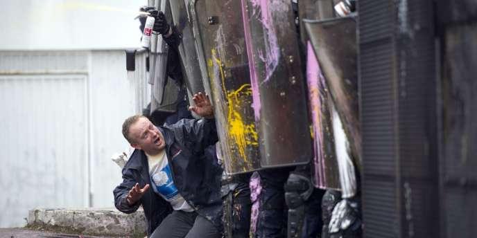 Un salarié de Goodyear lors des affrontements avec les CRS, le 7 mars au siège de l'entreprise à Rueil-Malmaison.