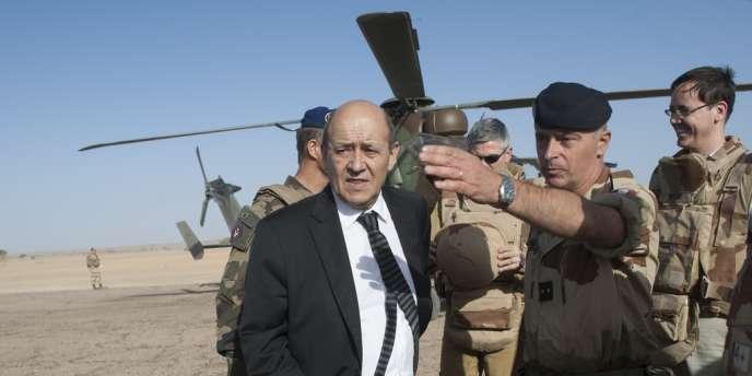 Le ministre français de la défense, Jean-Yves Le Drian, sur le tarmac de la base de Tessalit (Mali), le 7 mars 2013.
