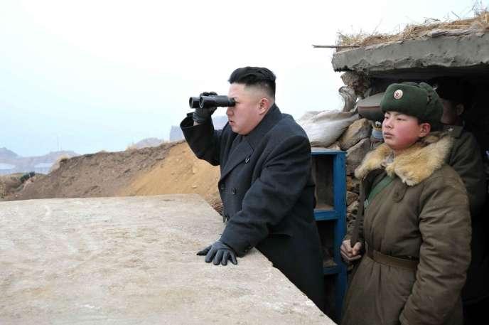 Kim Jong-un observe la Corée du Sud, lors de sa visite dans un avant-poste militaire, sur l'îlot de Jangjae, le 7 mars.