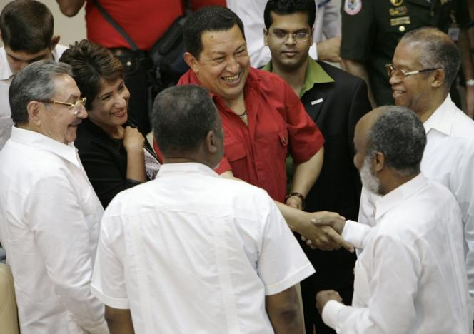 Hugo Chavez au milieu de chefs d'Etat bénéficiant des fonds vénézuéliens Petrocaribe, en décembre 2007, à Cienfuegos (Cuba).