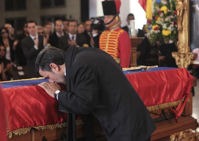 Mahmoud Ahmadinejad se recueille sur le cercueil de Hugo Chavez, le 8 mars 2013.