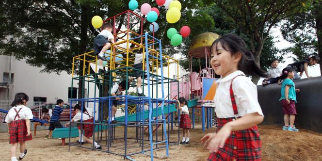 Dans une école maternelle, dans la zone interdite de la centrale de Fukushima à l'été 2011, le sol a été décontaminé.