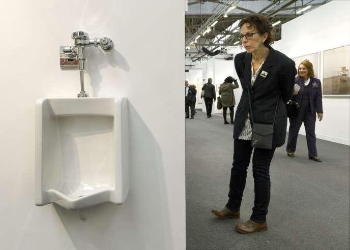 Un urinoir imaginé par l'artiste Andrew Ohanesian en hommage à Marcel Duchamp et exposé à l'Armory Show à New York, le 6 mars 2013.
