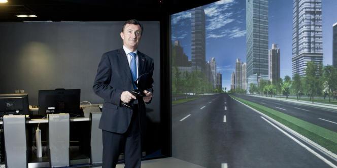 Bernard Charlès, directeur général de Dassault Systèmes, sur la dalle de verre de la salle de projection d'images 3D au siège du groupe à Vélizy-Villacoublay (Yvelines), le 8 mars.