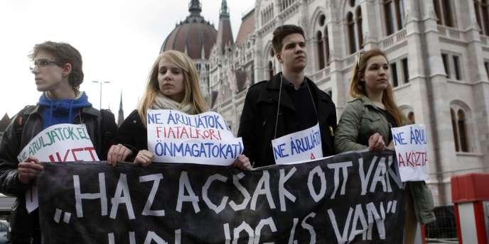 De jeunes manifestants bloquaient l'entrée du Parlement hongrois pendant le vote du nouvel amendement modifiant la Constitution, le 11 mars 2013.
