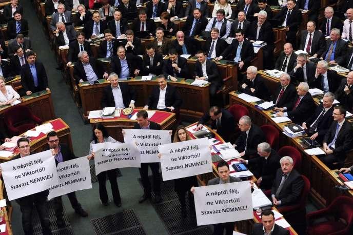 Lundi 11 mars, dans l'hémicycle du Parlement hongrois, à Budapest, des opposants ont manifesté contre le vote visant à amender la Constitution.