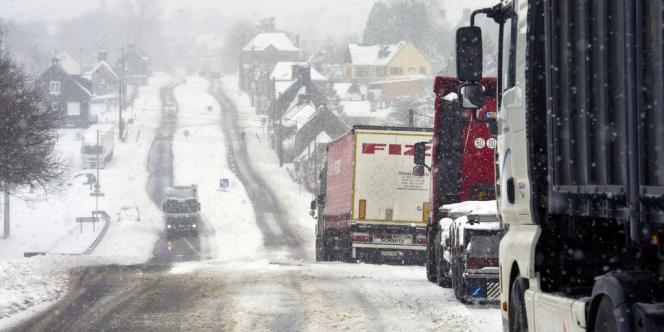 Des camions dans le nord-ouest de la France, près de Rouffigny, mardi 12 mars.