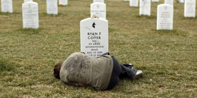 Lesleigh Coyer, devant la tombe de son frère, Ryan, mort en mars 2012 après avoir combattu en Irak et en Afghanistan, dans le cimetière national d'Arlington, près de Washington, le 11 mars.