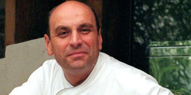 Le chef Bernard Loiseau, en 1998, dans les jardins de son restaurant