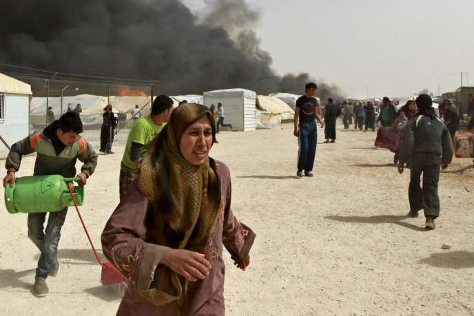 Des réfugiés syriens fuient après une explosion de gaz dans le camp de Al Zaatari, près de Mafraq, en Jordanie, le 8 mars.