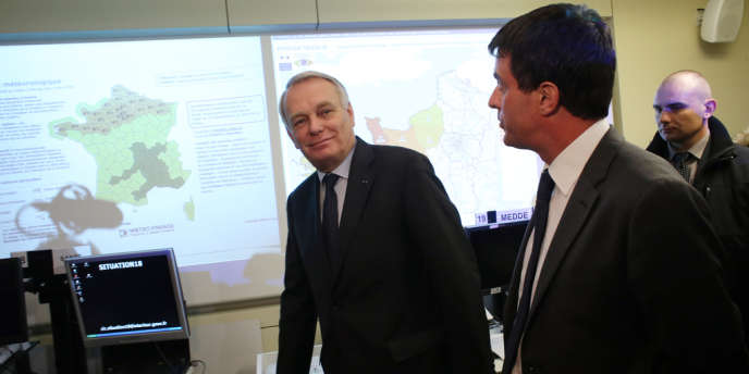Jean-Marc Ayrault et Manuel Valls à la cellule de crise mise en place au ministère de l'intérieur.