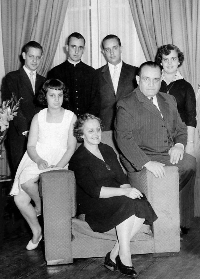 Jorge Mario Bergoglio, second en partant de la gauche, sur une photo de famille, probablement fin des années 1960, début des années 1970.