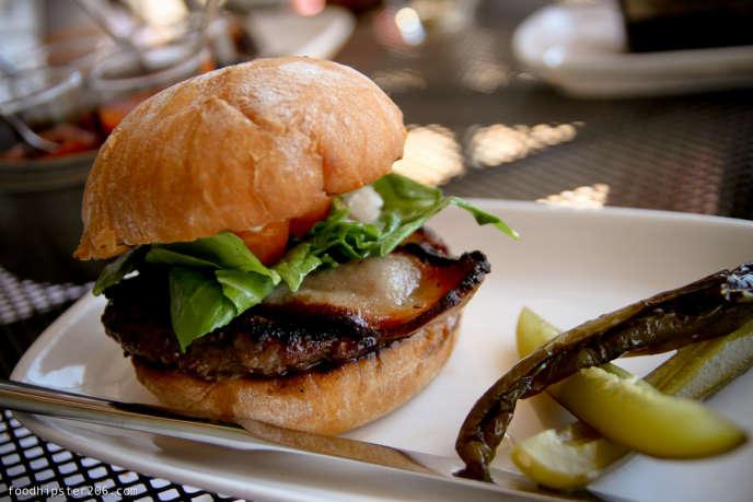 Hamburger de chez Revel. Photo extraite du blog Foodhipster206.com.
