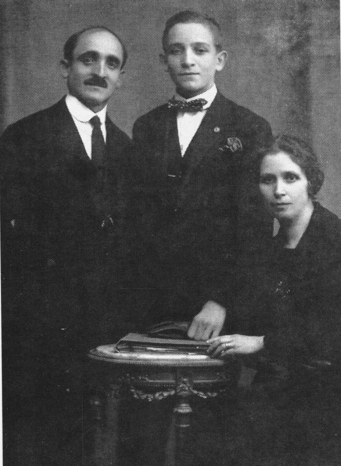 Le jeune Jorge Mario Bergoglio entre ses parents, à Buenos Aires, probablement à la fin des années 1940-début des années 1950.