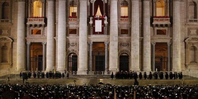Le pape François s'adresse à la foule nombreuse massée place Saint-Pierre, à Rome, le 13 mars.