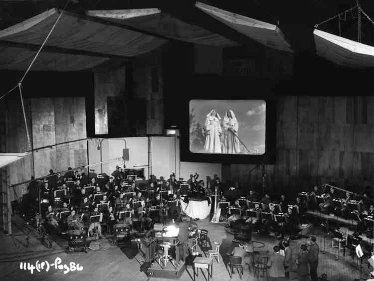 """Séance d'enregistrement de la musique du film """"Le Narcisse noir"""" (""""Black Narcissus"""", 1947) de Michael Powell et Emeric Pressburger, avec le London Symphony Orchestra dirigé par le compositeur Brian Easdale."""