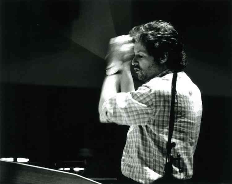 """Le compositeur James Horner (""""Le Nom de la rose"""", """"Titanic"""", """"Avatar"""") en 2003 lors d'une séance d'enregistrement de """"Sans frontière"""", de Martin Campbell."""