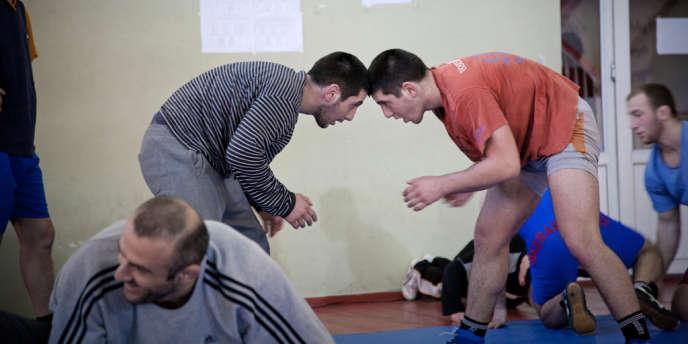 Des lutteurs géorgiens s'entraînent à Tbilissi.