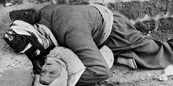 Une mère et son enfant victimes du massacre d'Halabja, le 16 mars 1988