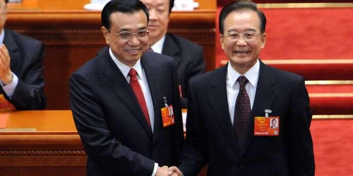 Le premier ministre chinois, Li Keqiand à gauche, serre la mains à Wen Jiabao, l'ancien premier ministre.