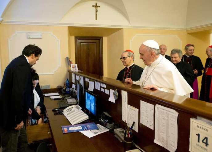 Le pape François règle sa note d'hôtel, le 14 mars à Rome, au lendemain de sa désignation en conclave comme successeur de Benoît XVI.