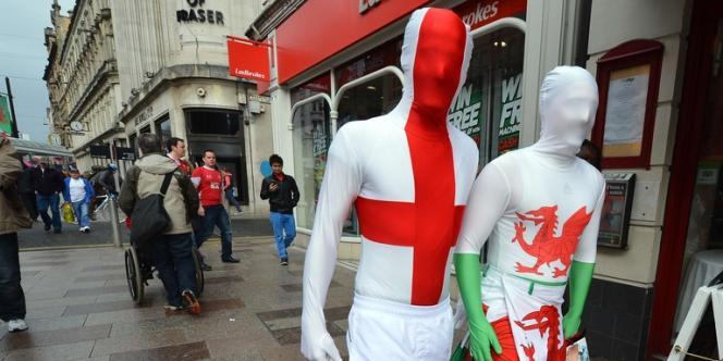 Un supporter anglais et un autre du Pays de Galles, le 16 mars à Cardiff.