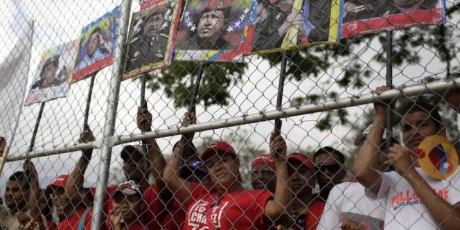 Des partisans du président défunt Hugo Chavez saluent son cercueil, vendredi 15 mars à Caracas.