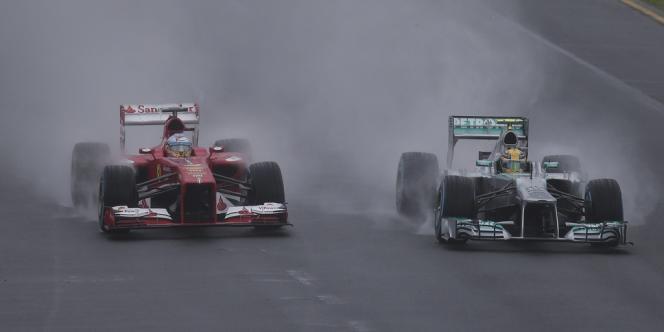 Alonso et Hamilton, sur la piste inondée de Melbourne, le 16 mars.