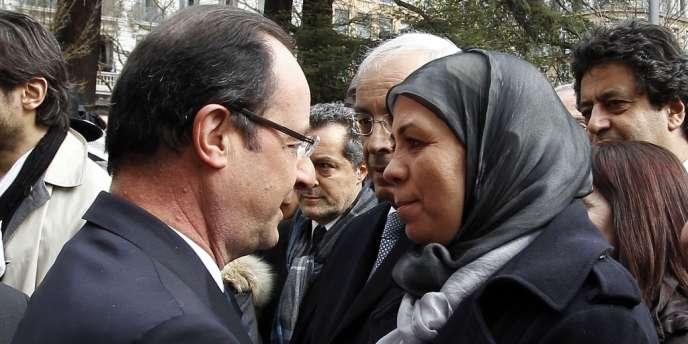 François Hollande avec Latifa Ibn Ziaten, lors de la cérémonie en mémoire des victimes de Mohamed Merah, le 17 mars 2013.