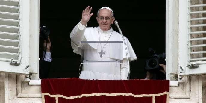 Le pape François est apparu à sa fenêtre place Saint-Pierre pour son premier Angélus, dimanche 17 mars.