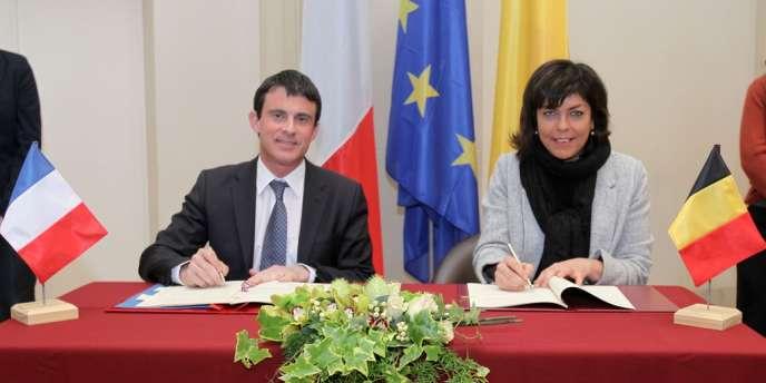 Le ministre de l'intérieur français, Manuel Valls, et son homologue belge, Joëlle Milquet, le 18 mars à Tournai.