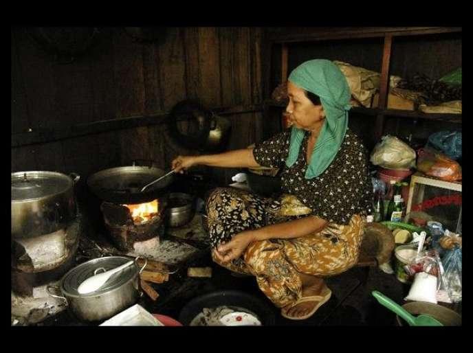 Une Cambodgienne dans sa cuisine, en 2007.
