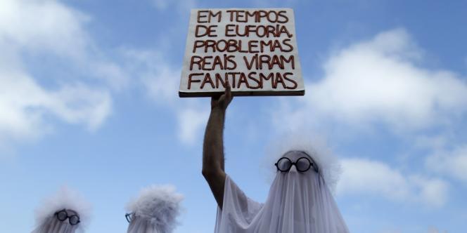 Des manifestants déguisés en fantômes protestent à Rio, le 16 mars, contre le pasteur évangéliste Marco Feliciano, président de la Commission des droits de l'homme, pour ses propos racistes. Sur la pancarte :