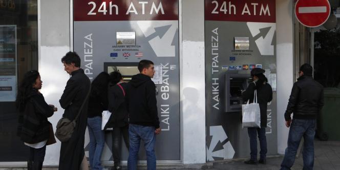 Le bilan de l'autrefois florissant secteur bancaire de Chypre est un désastre qui risque d'emporter toute l'économie de l'île. Ici, devant un guichet de la Laiki Bank à Nicosie.