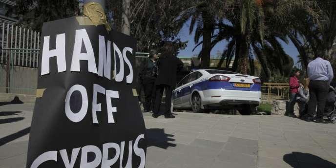 Devant le Parlement à Nicosie, où est débattu, lundi 18 mars, le plan de sauvetage controversé qui prévoit un prélèvement direct sur les comptes bancaires des Chypriotes.