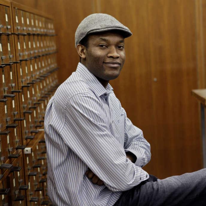 Fiston Mwanza Mujila à la bibliothèque royale, à Bruxelles.
