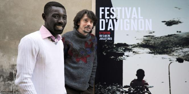 Dieudonné Niangouna (à gauche) et Stanislas Nordey, artistes associés, devant l'affiche du 67e Festival d'Avignon, le 18 mars 2013.