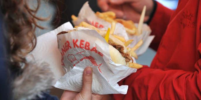 La cantine traditionnelle se trouve en concurrence avec des stands de type cafétéria, fast-food ou sandwicherie.