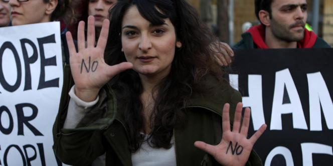 Les milliers de manifestants qui s'étaient réunis devant le Parlement à Nicosie ont laissé exploser leur joie à l'annonce du vote.