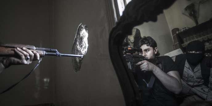 Rebelles en embuscade à Jedida, dans le district d'Alep (Syrie), le 29 octobre 2012.
