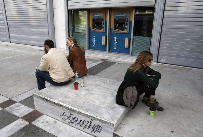 Le bilan de l'autrefois florissant secteur bancaire de Chypre est un désastre qui risque d'emporter toute l'économie de l'île. Ici, à Nicosie, mercredi 20 mars, devant des distributeurs de billets.