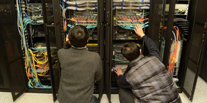 Des informaticiens inspectent des serveurs.