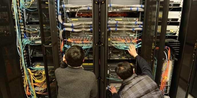 Des employés de KBS inspectent le matériel informatique de l'entreprise après une cyberattaque venue de Chine.